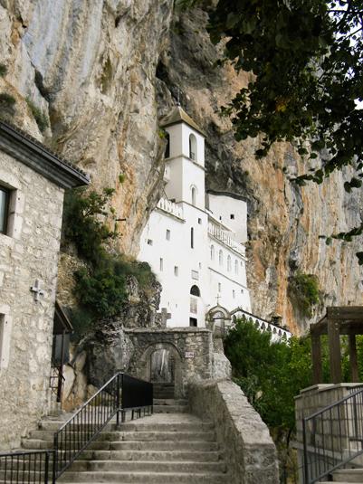 Самый посещаемый скальный монастырь Острог. Фото 1